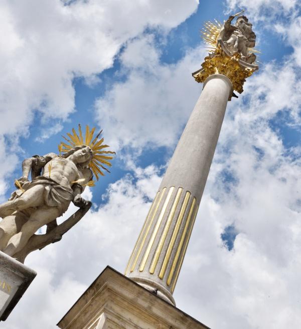 Morový sloup na Náměstí Svobody vBrně – před celkovou opravou náměstí bylo zjištěno mírné naklonění objektu, a proto bylo třeba vyřešit jeho stabilitu.