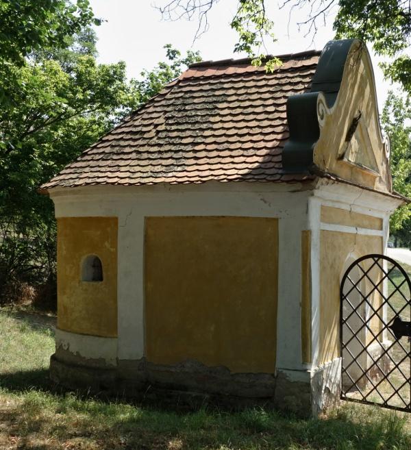 Kaple sv. Rozálie v Pouzdřanech – zjištěno špatné založení (téměř bez základů) snásledky na horní stavbu.