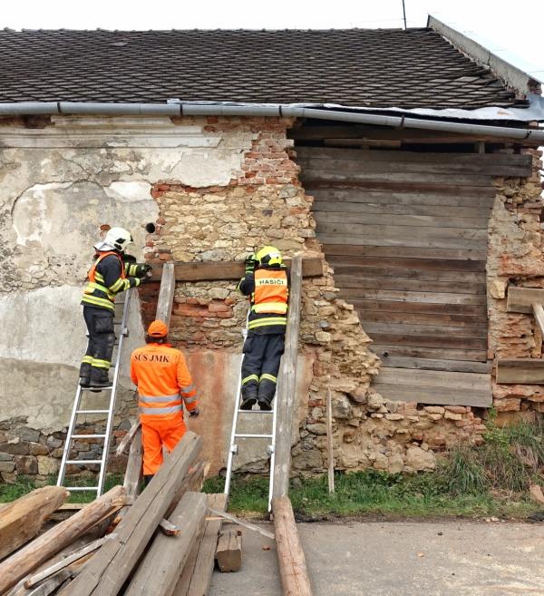 Na výzvu Hasičského záchranného sboru prohlídka na místě a posouzení havárie neudržované stodoly.